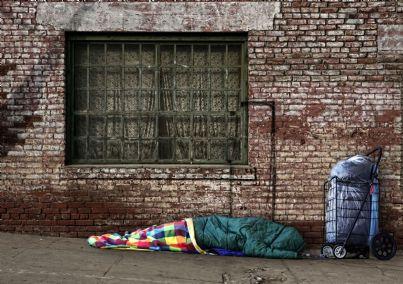 senzatetto che dorme per strada