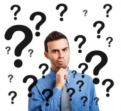 uomo dubbioso circondato da punti interrogativi
