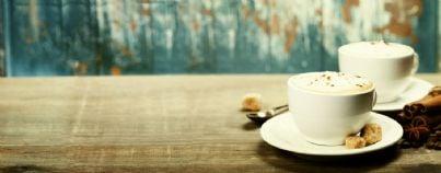 due tazze di caffè sul tavolo