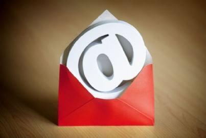 simbolo e-mail in una busta rossa