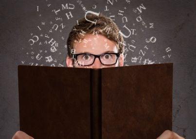 Ragazzo che legge un libro elettronico