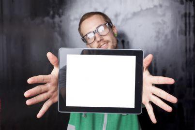 ragazzo che tende un ebook per prestarlo