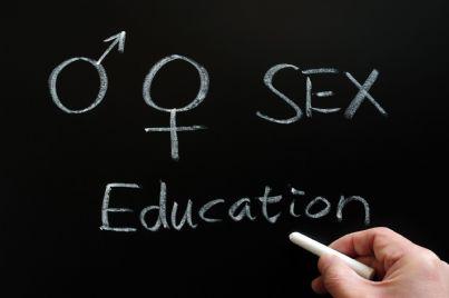 parole educazione sessuale scritte con gesso su lavagna