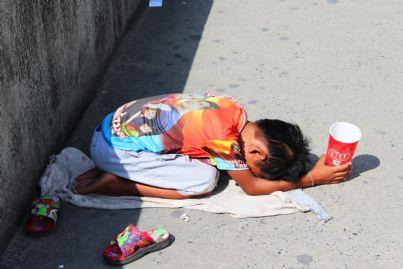 bambino chiede elemosina in strada