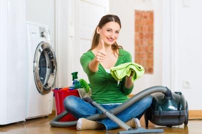 donna con elettrodomestici in condominio concetto rumori