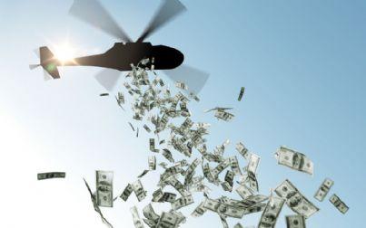 elicottero lancia soldi dal cielo