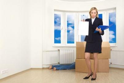 agente riscossione equitalia pignora casa debitore che sviene