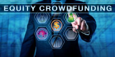 uomo seleziona online Equity crowdfunding
