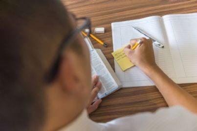 giovane studente prende appunti per concorso