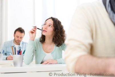 Ragazza ad una prova d'esame scritta