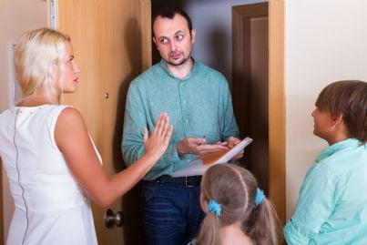 esattore che entra in casa per pignorare mobili famiglia