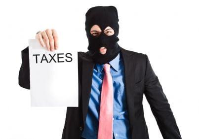 uomo mascherato che rappresenta un esattore delle tasse