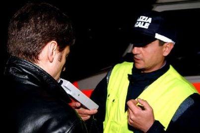 Agente che utilizza etilometro