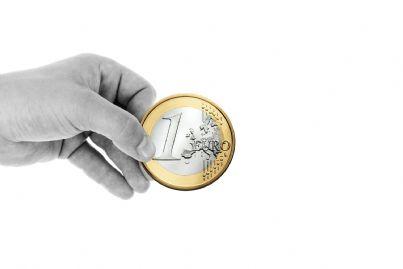 Moneta da un euro tenuta in mano