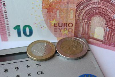 Banconota da 10 euro con due monete