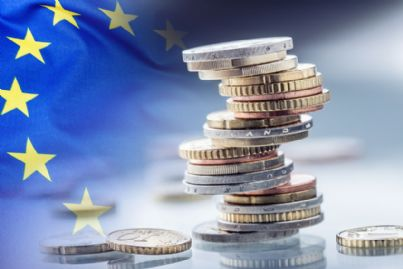 euro con sfondo bandiera Europa