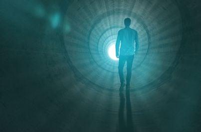 uomo che cammina verso luce alla fine del tunnel rievoca concetto di eutanasia