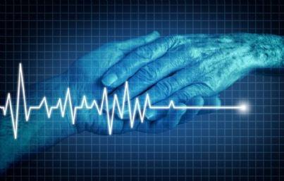 mano che tiene quella del malato per eutanasia