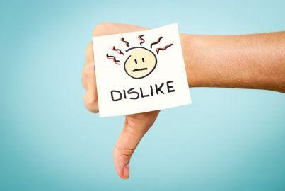 facebook mano che indica dislike