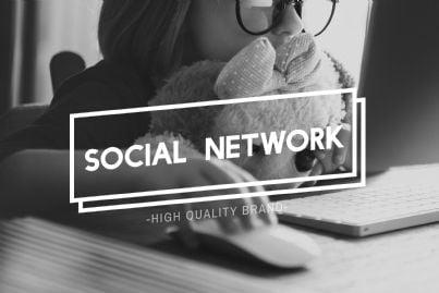 bambina davanti pc social network concept