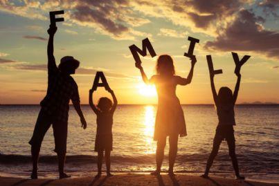 una famiglia nel tramonto