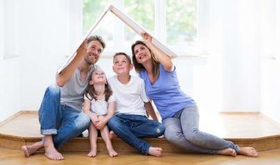 Famiglia felice sotto un tetto