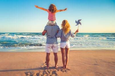 famiglia felice guarda il mare