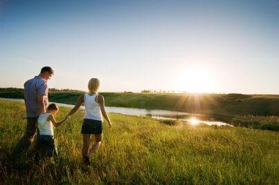 Famiglia felice all'aria aperta