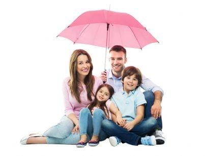 famiglia felice con ombrello