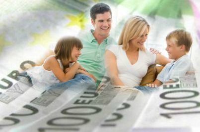 Famiglia circondata da banconote