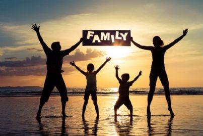 famiglia nel tramonto sul mare