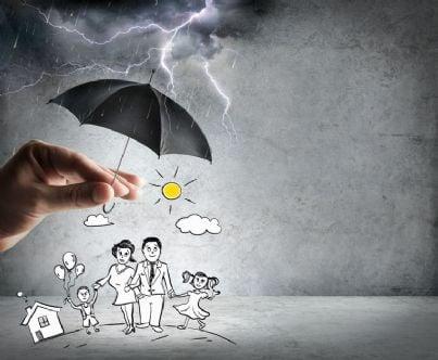 famiglia sotto un ombrello concetto di protezione