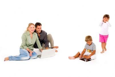famiglia con figli usano computer