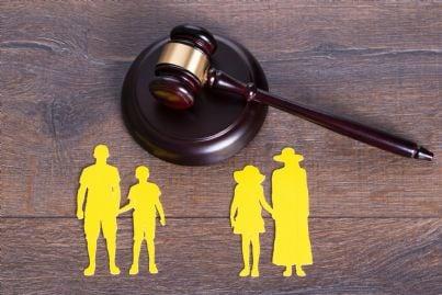 martello con simbolo famiglia e figli concetto divorzio