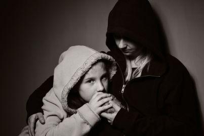 madre e figlia povere che si cibano