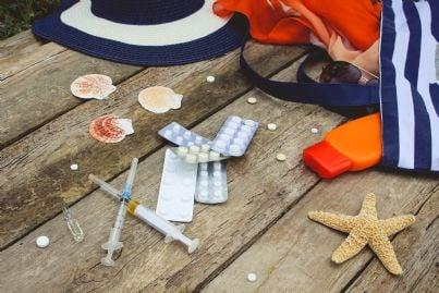 borsa da donna in vacanza con farmaci