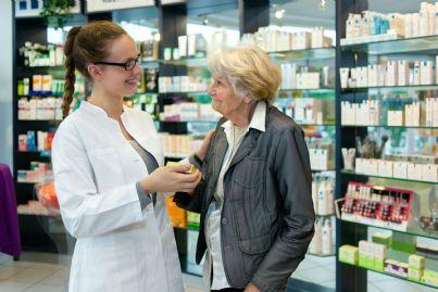 farmacista che consiglia paziente anziana