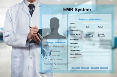 medico che mostra fascicolo sanitario elettronico