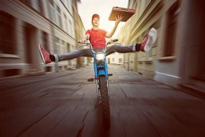 fattorino pizza in scooter