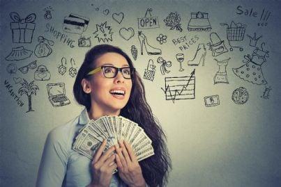 donna felice con soldi in mano per bonus ricevuto
