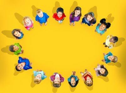 bambini felici in cerchio