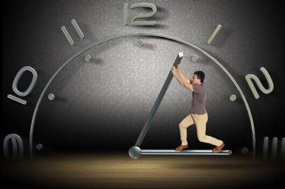 uomo su un orologio cerca di fermare il tempo