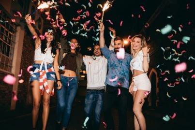 festa di uomini amici per strada