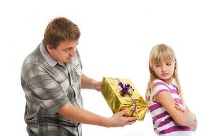 figlia rifiuta padre che le porge un regalo