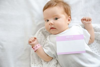 neonato con targhetta contenente nome e cognome