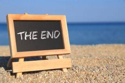 cartello fine vacanze sulla spiaggia