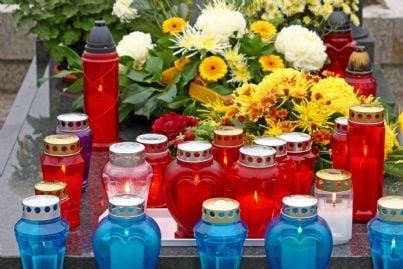 fiori e lumini su una tomba