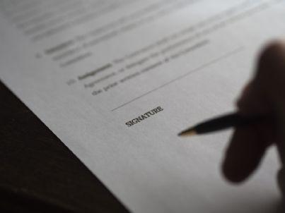 Penna su un documento vicino allo spazio per la firma