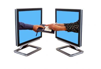 mani che escono da monitor computer per firmare elettronicamente