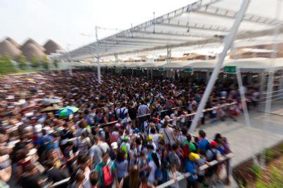 moltitudine di gente che si accalca per entrare a un concerto
